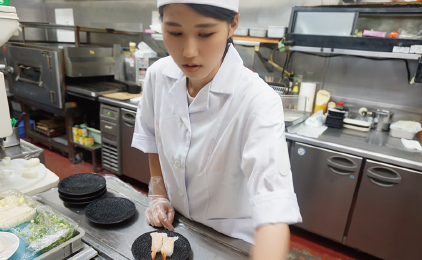 株式会社めいじん 寿司めいじん 日出店ホールスタッフ〔割引でおいしいお寿司〕画像
