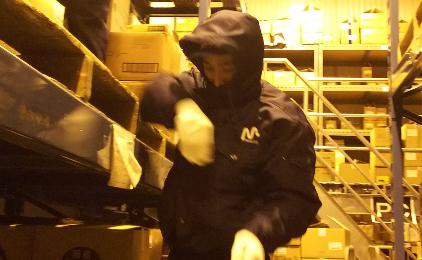 間口ウエストロジ株式会社構内作業〔冷凍庫内での商品運搬〕画像