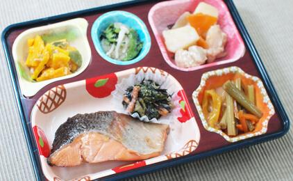 ライフデリ 岡山南店高齢者向け宅配弁当の盛付・配達スタッフ画像