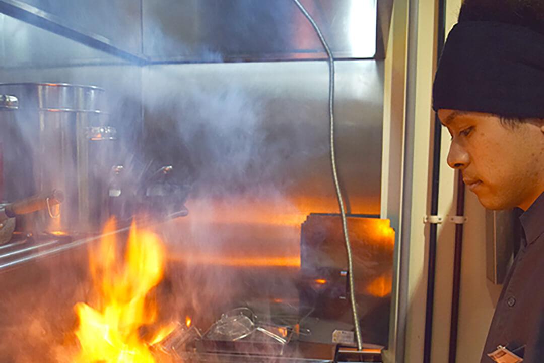 牛たん炭焼「利久」 株式会社利久ホール・焼き場スタッフ〔連休OK・充実の待遇〕画像