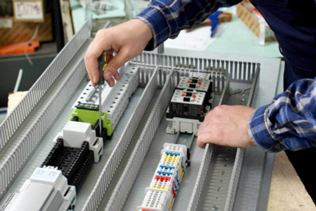 株式会社ナイスジョブ配電盤の製造画像